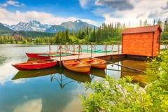 Kolorowe łodzie na halnym jeziorze, Strbske Pleso, Sistani, Europa Obrazy Royalty Free