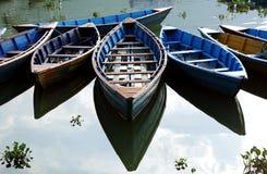Kolorowe łodzie w Phewa jeziorze Zdjęcia Royalty Free