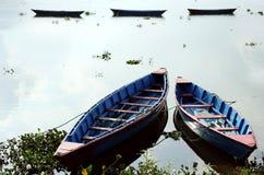 Kolorowe łodzie w Phewa jeziorze Fotografia Stock
