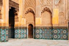 Kolorowe ornamentacyjne płytki przy marokańskim podwórzem fotografia stock
