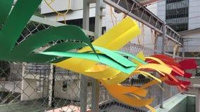 Kolorowe papier flaga w silnych wiatrach zdjęcie wideo