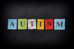 Kolorowe papier notatki z słowem autyzm zdjęcie stock