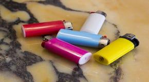 Kolorowe papierosowe zapalniczki na marbl obraz royalty free