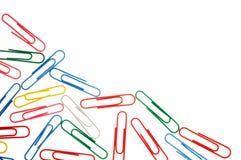 Kolorowe papierowe klamerki odizolowywać na bielu z kopii przestrzenią Zdjęcia Stock
