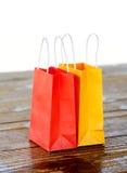 Kolorowe papierowe torby na światła zamazanym tle Zdjęcie Stock