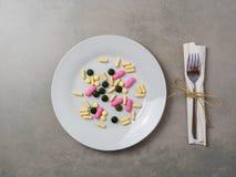 Kolorowe pastylki na białym naczyniu, odgórny widok zdjęcie royalty free