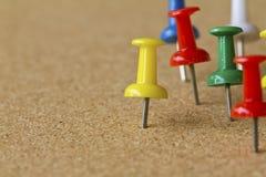 Kolorowe pchnięcie szpilki na korkowej tablicie informacyjnej. zdjęcia royalty free