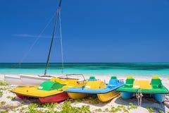 Kolorowe pedałowe łodzie, Cayo Levisa Kuba obraz stock