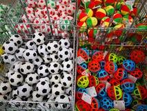 Kolorowe pi?ki dla sprzeda?y przy Olbrzymim hypermarket, Rumunia fotografia royalty free