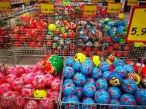 Kolorowe pi?ki dla sprzeda?y przy Olbrzymim hypermarket, Rumunia obraz royalty free