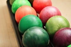Kolorowe piłki na stojaku w kręgle klubie, obrazy royalty free