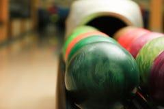 Kolorowe piłki na stojaku w kręgle klubie fotografia stock