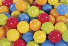 Kolorowe piłki w balowym basenie Obrazy Stock