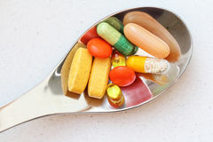 Kolorowe pigułki na łyżce  Zdjęcie Royalty Free