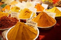 Kolorowe pikantno?? w torbach przy rynkiem w Goa obraz stock
