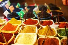 Kolorowe pikantno?? w torbach przy rynkiem w Goa zdjęcie stock