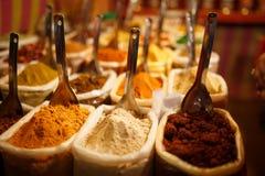 Kolorowe pikantno?? w torbach przy rynkiem w Goa zdjęcie royalty free