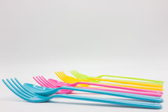 Kolorowe plastikowe łyżki i rozwidlenia obraz royalty free
