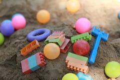 Kolorowe plastikowe dziecko zabawki w piasek jamie Fotografia Stock