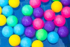 Kolorowe plastikowe piłki w basenie, basen willi dom Obrazy Stock