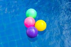 Kolorowe plastikowe piłki w basenie, basen willi dom Fotografia Stock