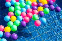 Kolorowe plastikowe piłki w basenie, basen willi dom Zdjęcie Stock