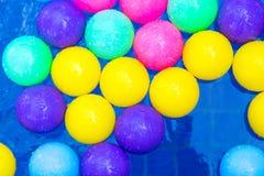 Kolorowe plastikowe piłki w basenie, basen willi dom Zdjęcia Stock
