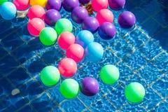 Kolorowe plastikowe piłki w basenie, basen willi dom Obraz Royalty Free