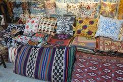 Kolorowe poduszki dla ulicznej sprzedaży zdjęcia stock