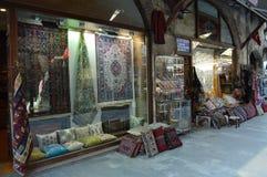 Kolorowe poduszki i dywaniki w sklepie na ulicie obraz stock