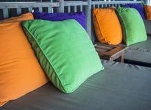Kolorowe poduszki na kanapie w Żywym pokoju zdjęcia royalty free