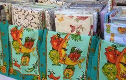 Kolorowe pokrywy i ręcznik w rynku, Lithuania obrazy royalty free
