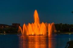 Kolorowe pomarańczowe fontanny przy nocą zdjęcie stock