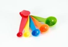 Kolorowe pomiarowe łyżki odizolowywać Obrazy Royalty Free
