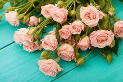 Kolorowe róże na błękitnym drewnianym tle Fotografia Stock