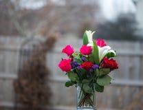 Kolorowe róże z innymi kwiatami obrazy stock