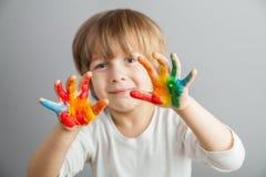 kolorowe ręki malować farby fotografia stock