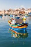 Kolorowe śródziemnomorskie tradycyjne rybak łodzie w Marsaxlokk, Malta Obrazy Stock