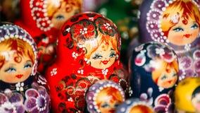 Kolorowe Rosyjskie Gniazdować lale Matreshka Przy rynkiem Zdjęcia Royalty Free