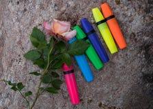 Kolorowe rzeczy na kamiennym tle fotografia stock