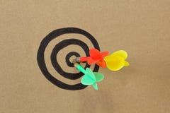 Kolorowe strzałki na centrum dartboard Fotografia Stock
