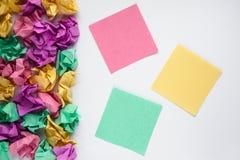 Kolorowe stubarwne kleiste notatki na białym tle Majcher notatka jest edukacja starego odizolowane pojęcia kosmos kopii obraz stock