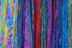 Kolorowe suknie wiesza na pokazie obraz royalty free