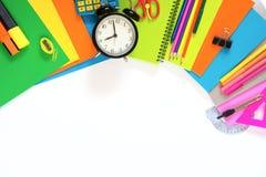 Kolorowe szkolne dostawy, książka i budzik na bielu, Odgórny widok, mieszkanie nieatutowy Odgórny widok, kopii przestrzeń Fotografia Stock