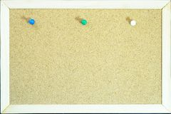 Kolorowe szpilki na korku wsiadają dla notatki lub edukaci fotografia stock