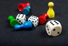 Kolorowe sztuk postacie z kostka do gry na pokładzie Zdjęcie Royalty Free