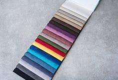 Kolorowe tapicerowanie tkaniny próbki w sklepie obraz royalty free