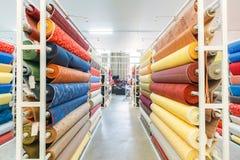 Kolorowe tekstylnej tkaniny materiału rolki w magazynie Zdjęcia Stock