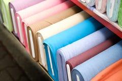 Kolorowe tkanin rolki na tkanina rynku - Zdjęcia Stock
