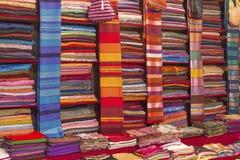 Kolorowe tkaniny dla sprzedaży na rynku w Maroko Obraz Royalty Free